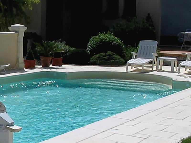 Margelles piscine pierre reconstituée Poupelin